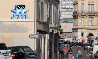 LE MONDE — Invader inonde Marseille de ses créatures